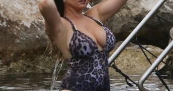 Kelly Brook - Curvy British Celeb Flaunts Huge Boobs in Swimsuit