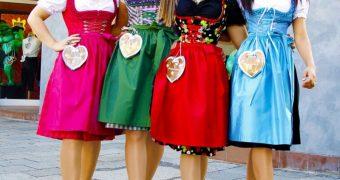 Dirndl-Damen Quartett in dünnen Strumpfhosen