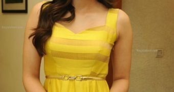 Kriti Sanon- Stunning, Beautiful Indian Celeb Poses in Hot Dress