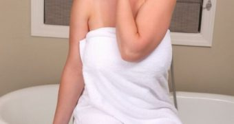 Lana Kendrick removes her towel