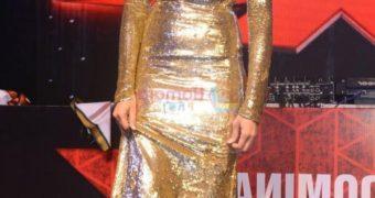 Deepika Padukone - Sexy Indian Bollywood Celeb flaunts Cleavage