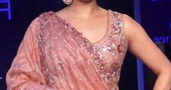 Dia Mirza- Gorgeous Indian Diva in Pink Lehenga at Lakme Fashion