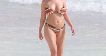 Kelly Brook at the beach ! Waw !