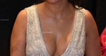 Shriya Saran- Beautiful Busty Indian Celeb flaunts Sexy Cleavage