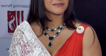 Kajol - Curvy Indian Celeb in Saree at Dadasaheb Phalke Awards