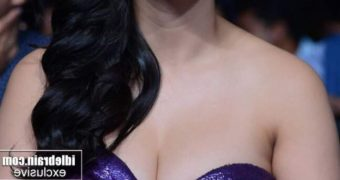 Shruti Haasan- Gorgeous Indian Diva Stunning in Hot Purple Dress