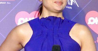 Kareena Kapoor - Busty Indian Bollywood Babe at Radio Talk Show