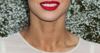 Alexandra Daddario : Seethru bra