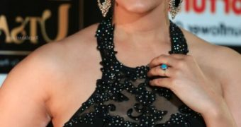 Surbhi Puranik - Sexy, Curvy Indian Celeb Poses for IIFA Utsavam