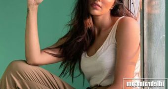 Akshara Gowda - Sexy Indian Bollywood Celeb Sensuous Poses