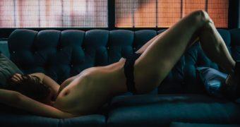 Aroa Gimeno topless en el sill�n